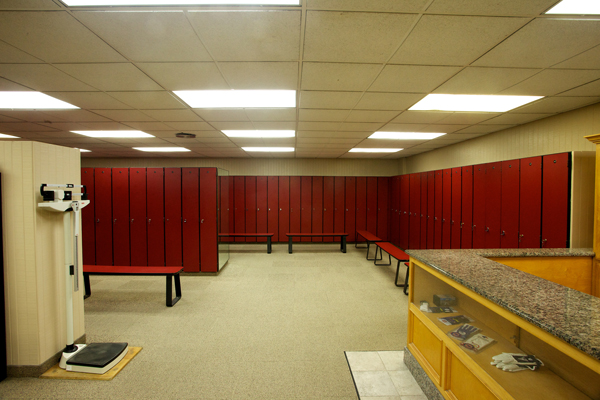 newport-beach-table-tennis-men-lockers3